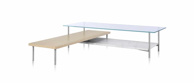 Table en bois marron clair avec plateau en verre Herman Miller vue de profil