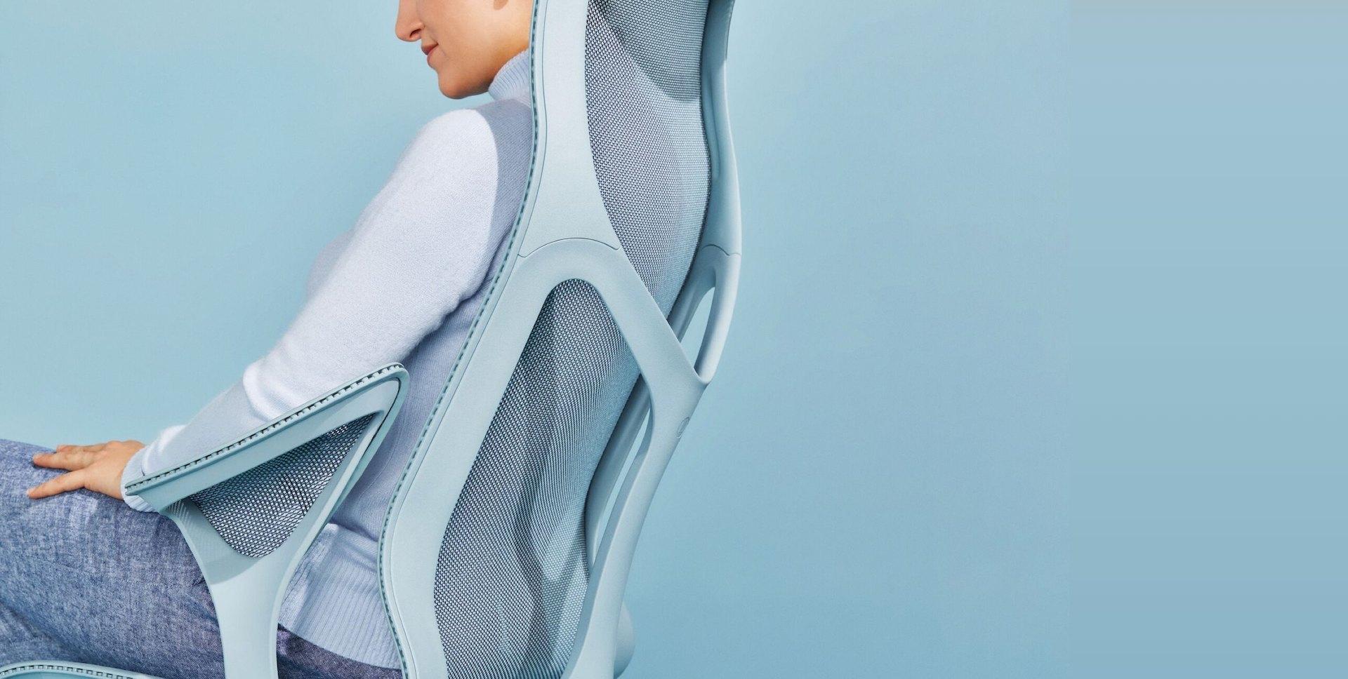 femme assise sur chaise de bureau cosm bleu ciel