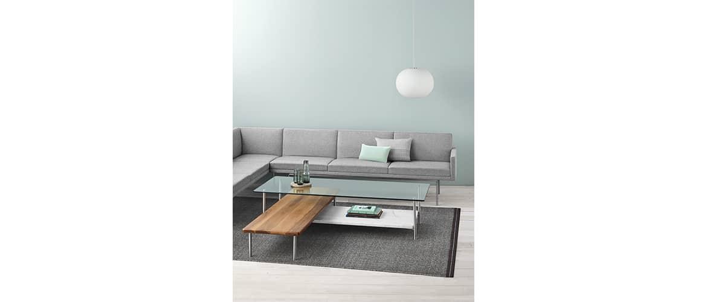 Salon canapé gris avec table en bois plateau verre herman miller
