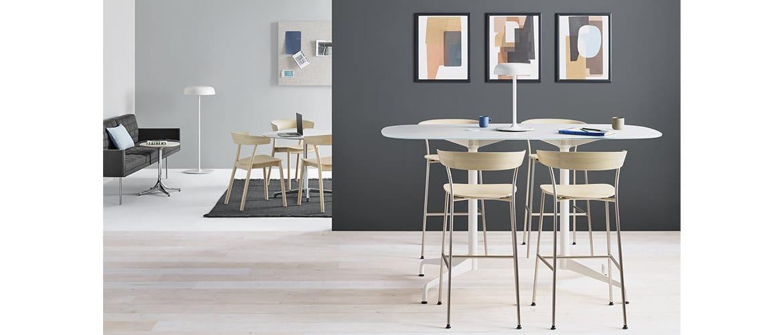 espace-de-travail-avec-ensemble-de-chaises-en-bois-herman-miller-leeway