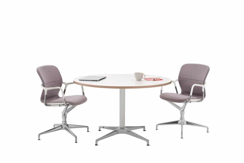 Table-civic-blanche-avec-deux-chaises-mobilier-de-bureau-herman-miller