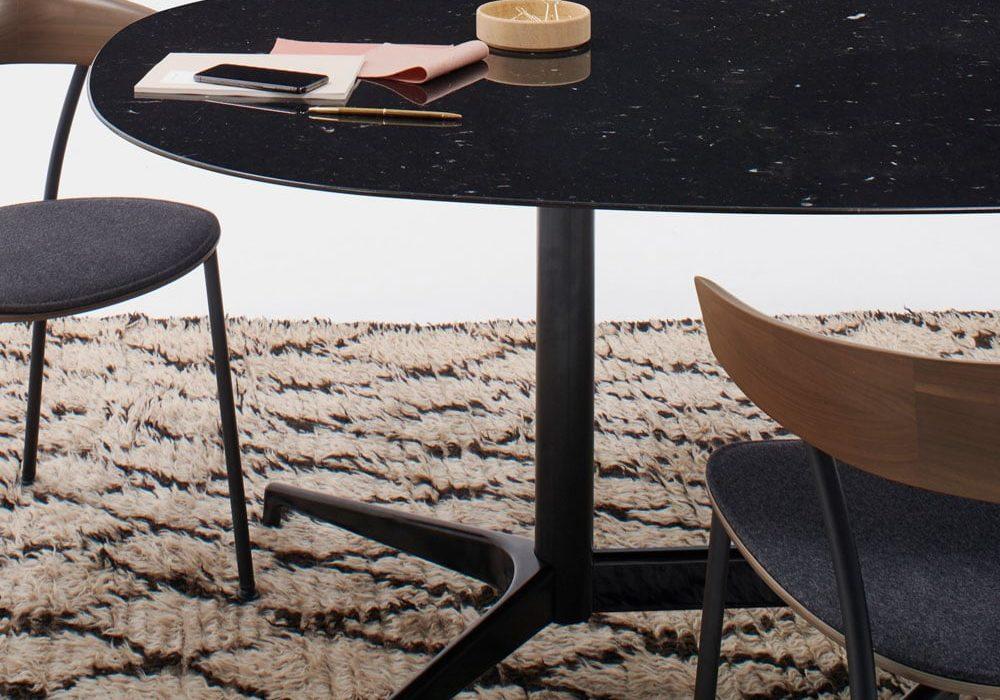 Table-civic-noir-sur-tapis-mobilier-de-bureau-herman-miller